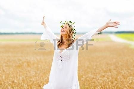 mujer guirnalda flores: happiness, nature, summer holidays, vacation and people concept - smiling young woman in wreath of flowers and white dress on cereal field
