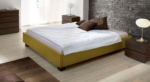 niedrige liege mit robustem kunstlederbezug.   betten.de ... - Schlafzimmer Bett Modern