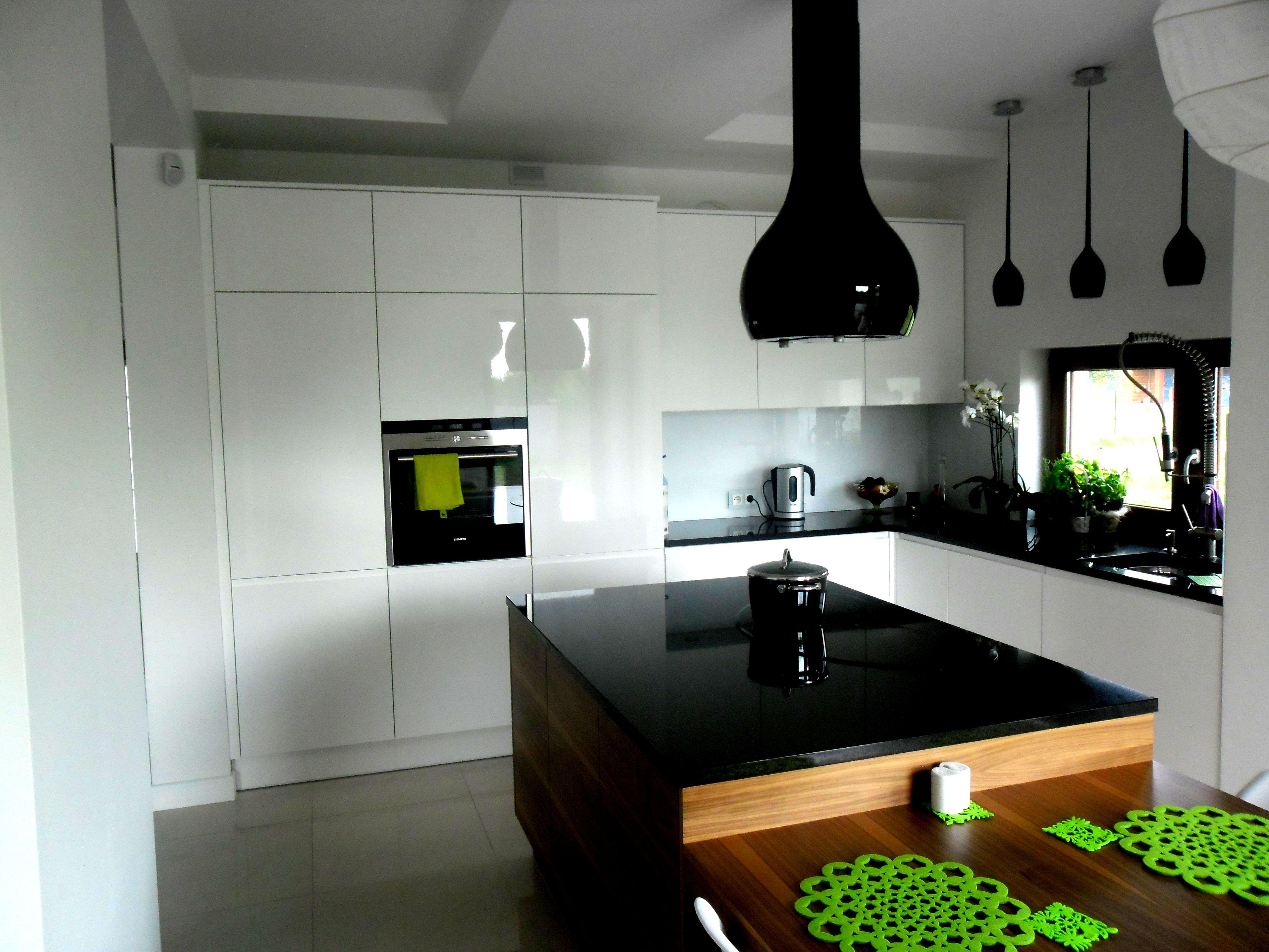 Piekna Nowoczesna Kuchnia Choc To Designerski Okap Powinien Skupic Najwiecej Kitchen Home Decor Furniture