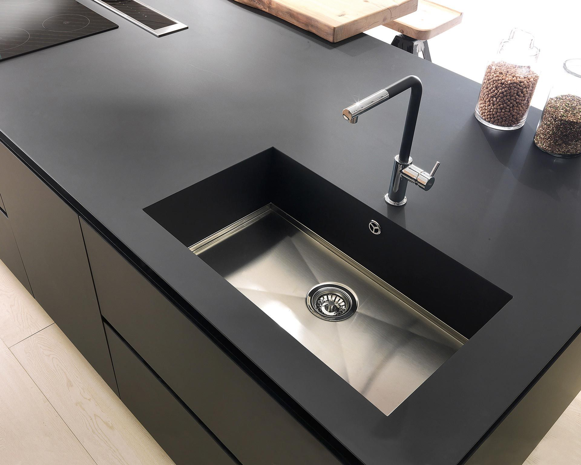 Black sink with stainless steel tray | COCINAS MODERNISIMAS ...