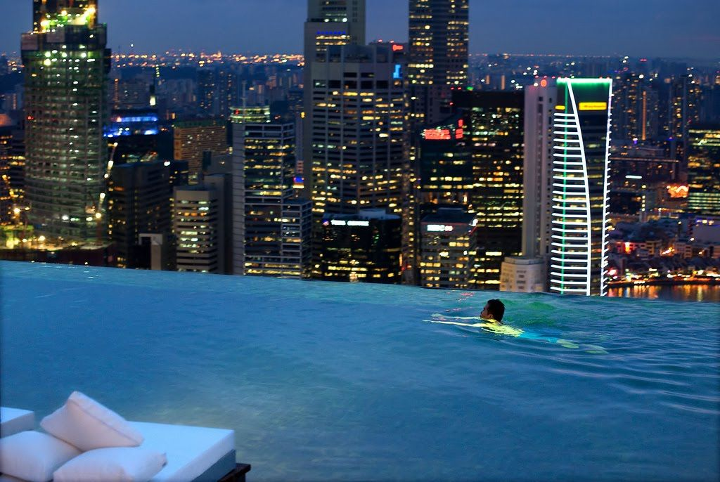 Infinity pool piscine con vista sull orizzonte for Singapour marina bay sands piscine