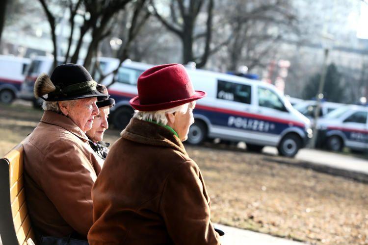 """21. Februar 2015: """"Sonnenbaden im gesperrten Volksgarten. Polizeieinsatz wegen einer Demonstration."""" Mehr Bilder auf: http://www.nachrichten.at/nachrichten/fotogalerien/weihbolds_fotoblog/ (Bild: Weihbold)"""