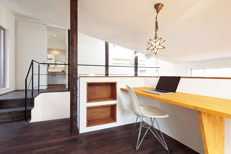 2階のフリースペースは家族の共有スペース 吹き抜けと勾配天井 窓