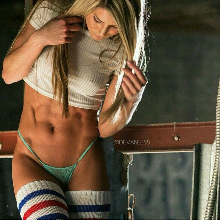 Bauchmuskeltraining für Frauen im Fitnessstudio
