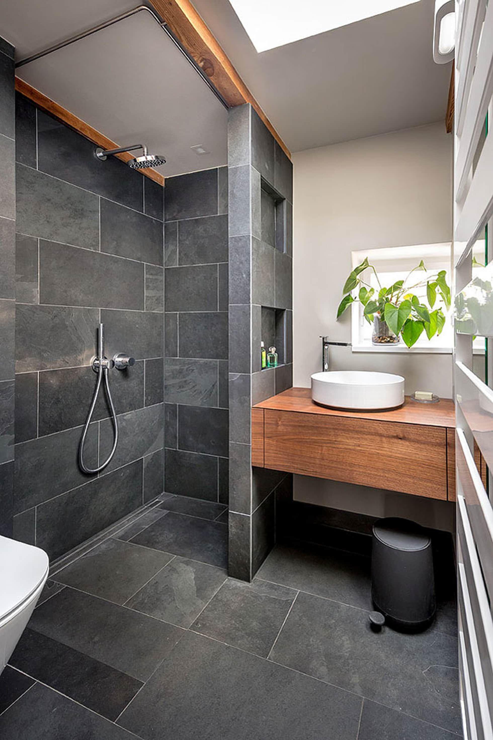 badezimmer schwarz grau schiefer holz minimalistische