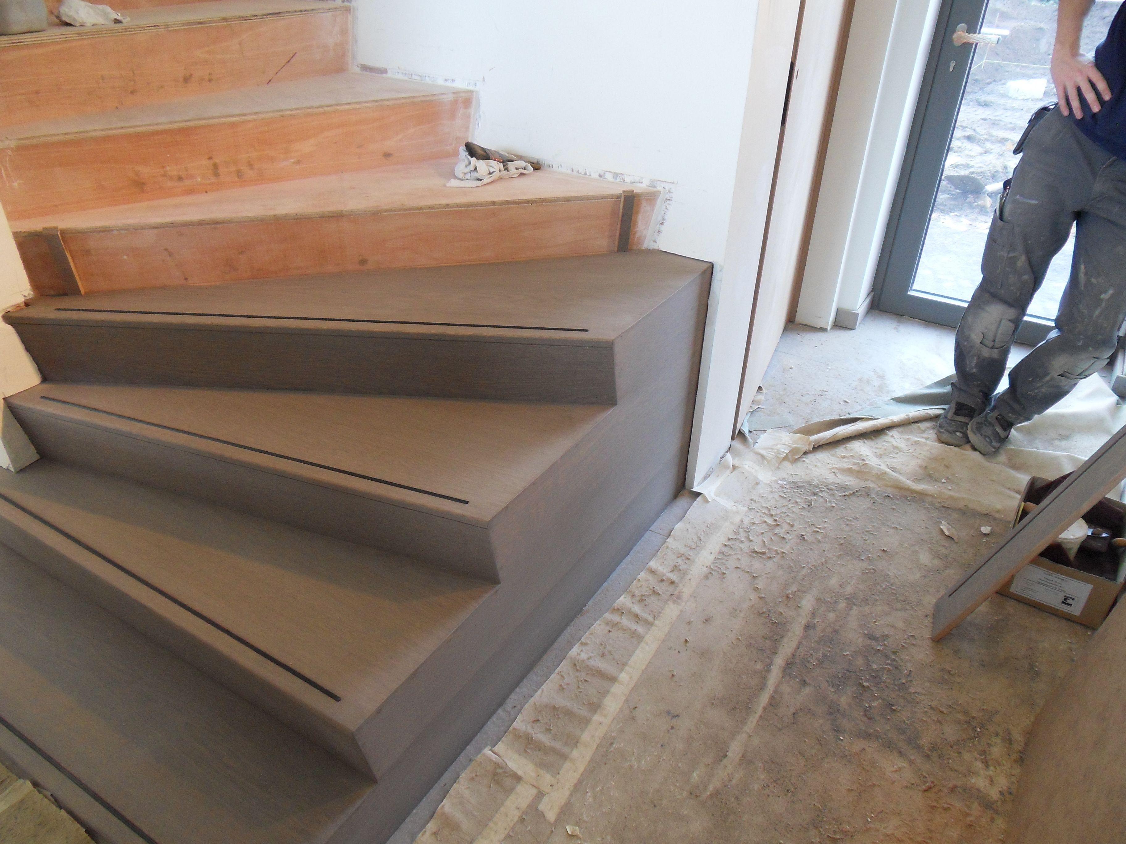 Bekleden van betonnen trap met multiplex eik woonkamer in
