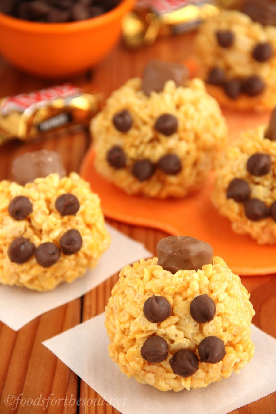 jack-o-lantern rice krispie treats -- made with chocolate chips and