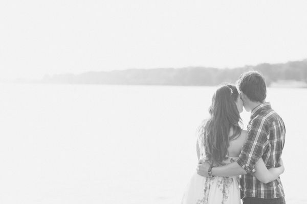engagement shoot from Lea Bremicker Photography. Read more - http://www.hummingheartstrings.de/index.php/verlobung/verlobungsshooting-am-rhein-mit-lea-bremicker-fotografie/