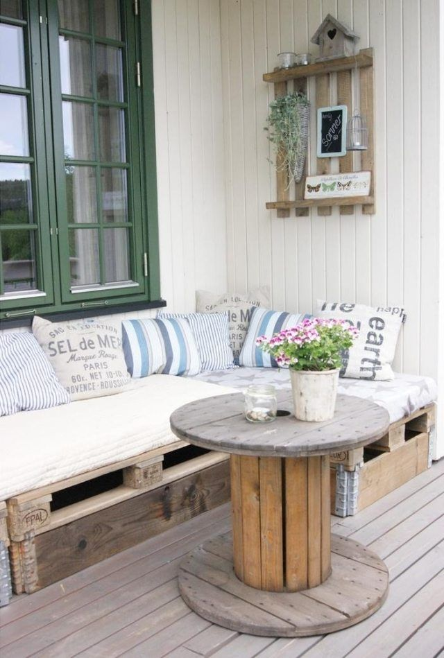 gartentisch holz terrasse kabeltrommel paletten ecksofa wandregal - ideen einrichtung der gartenterrasse