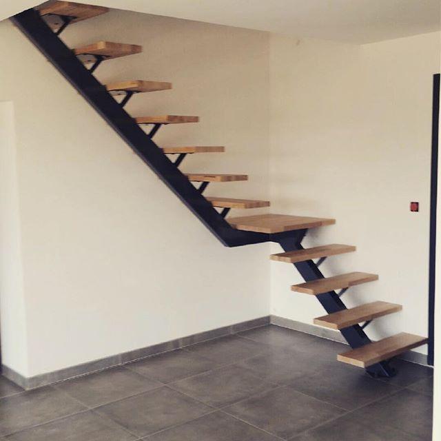 un escalier limon central quart tournant avec palier stairs escalier limoncentral acierbois. Black Bedroom Furniture Sets. Home Design Ideas