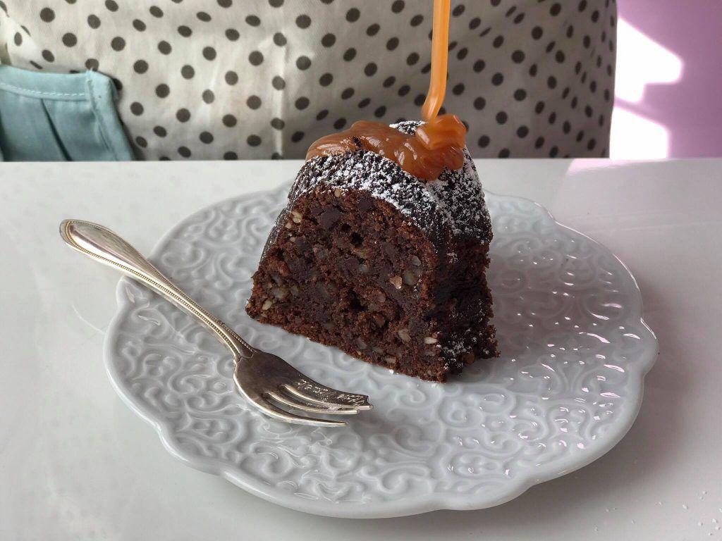 Hei skjønne lesere♥Dagens fristelser er en deilig sjokolade kake, som er helt gluten free.Og følger du meg på instagram @passionforbaking så har du vell sett denne sjokolade kake, hvor jeg drysset masse herlig karamell saus på toppen!Selve kaken er en blanding av en myk sjokolade kake og en fudge Brownies, kake er utrolig saftig og flere av dem som har smakt på denne kake IDAG sier at dem hadde aldri kunne gjette at kaken er helt gluten free.