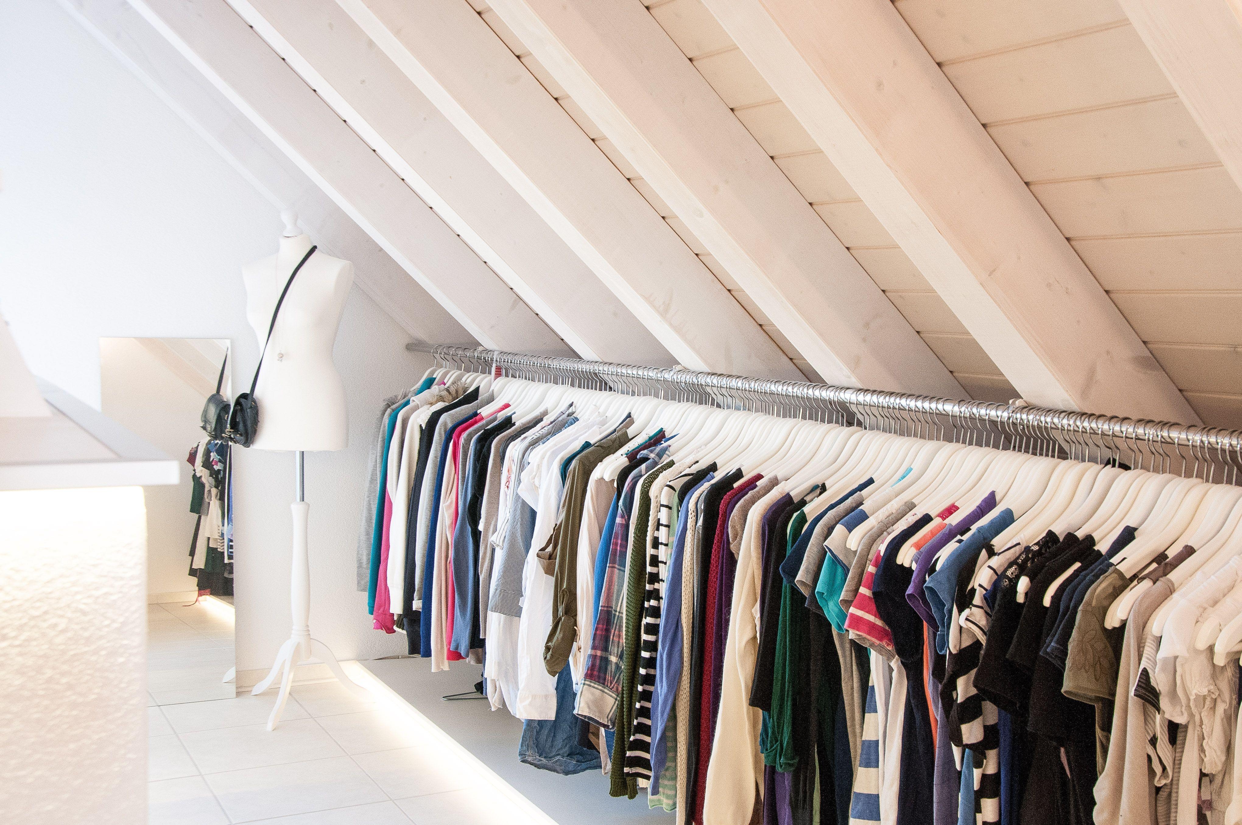 unser begehbarer kleiderschrank in der dachschr ge mit langer kleiderstange meine home deko. Black Bedroom Furniture Sets. Home Design Ideas