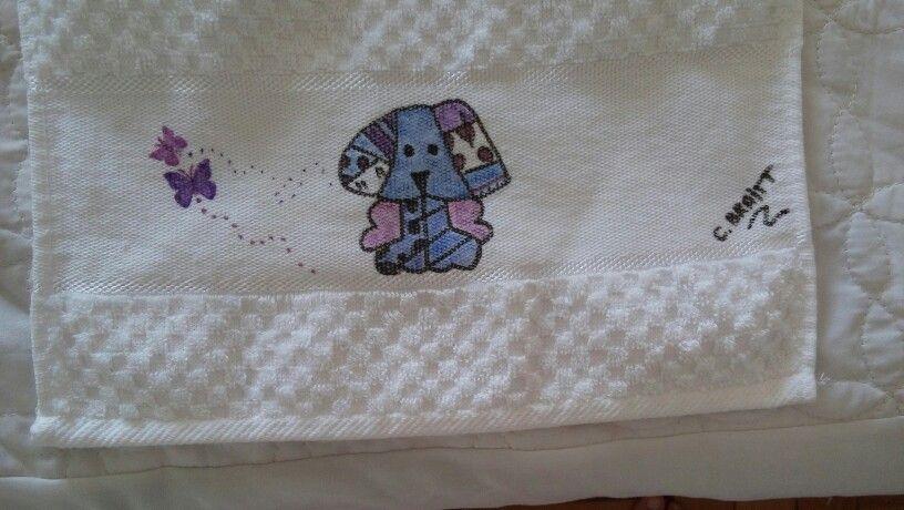 Toalha de rosto pintada com canetinhas para tecidos.