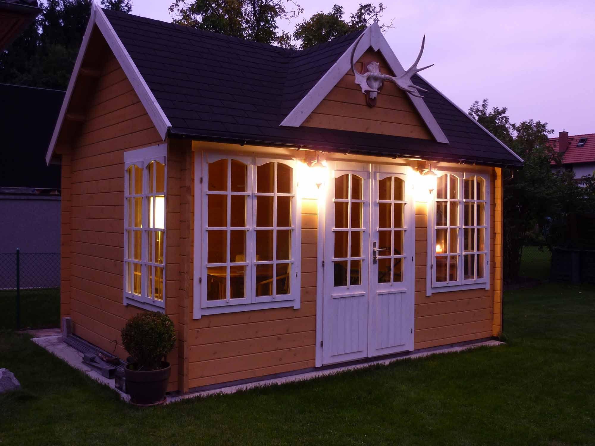 Clockhouse in der Abenddämmerung, ganz in Gelb und Weiß