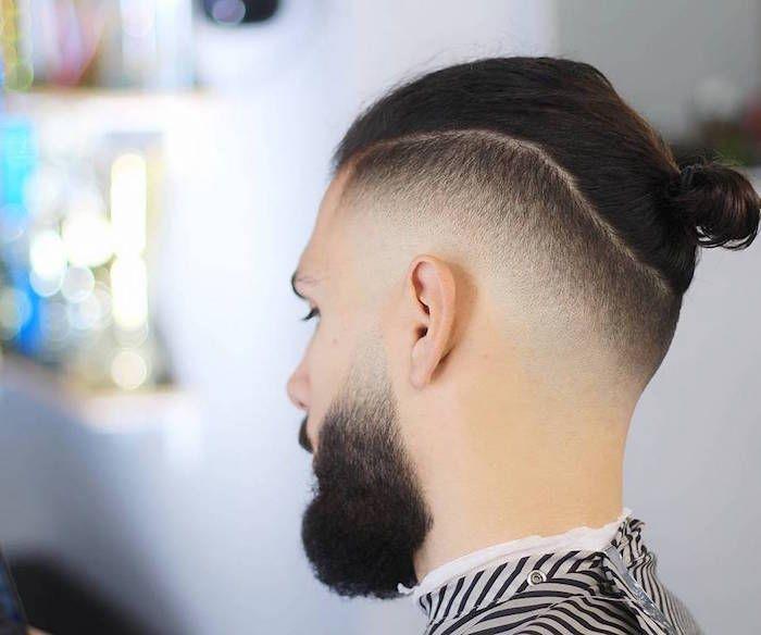 Coiffure Chignon Homme Man Bun Avec Cotes En Degrade Americain Court Et Barbe Avec Fondu Court Coiffure Cheveux Long Homme Coupe Cheveux Homme Coupe De Cheveux