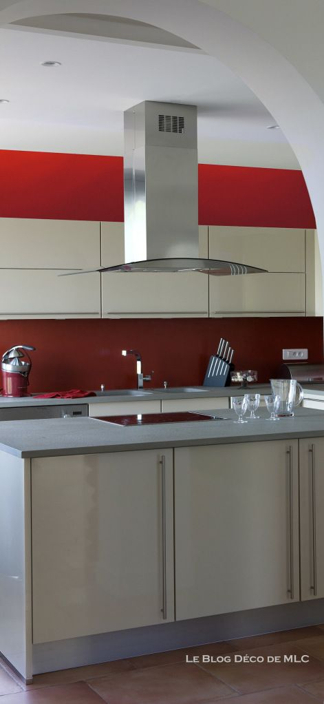 Cuisine meubles beige sur fond rouge - Cuisine couleur Darty Rouge