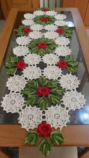 Caminho de mesa em crochê com flores em vermelho, folhas verde multicolorido e fundo em cru. Pode ser feito em outras cores e tamanhos, de acordo com sua necessidade. R$ 150,00 by Divonsir Borges
