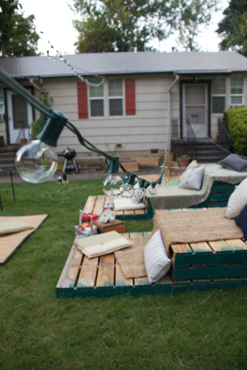 Outdoor movie night ideas. Pallets for seating- brilliant! - Night At The Movies - Party Time Pinterest Outdoor Movie