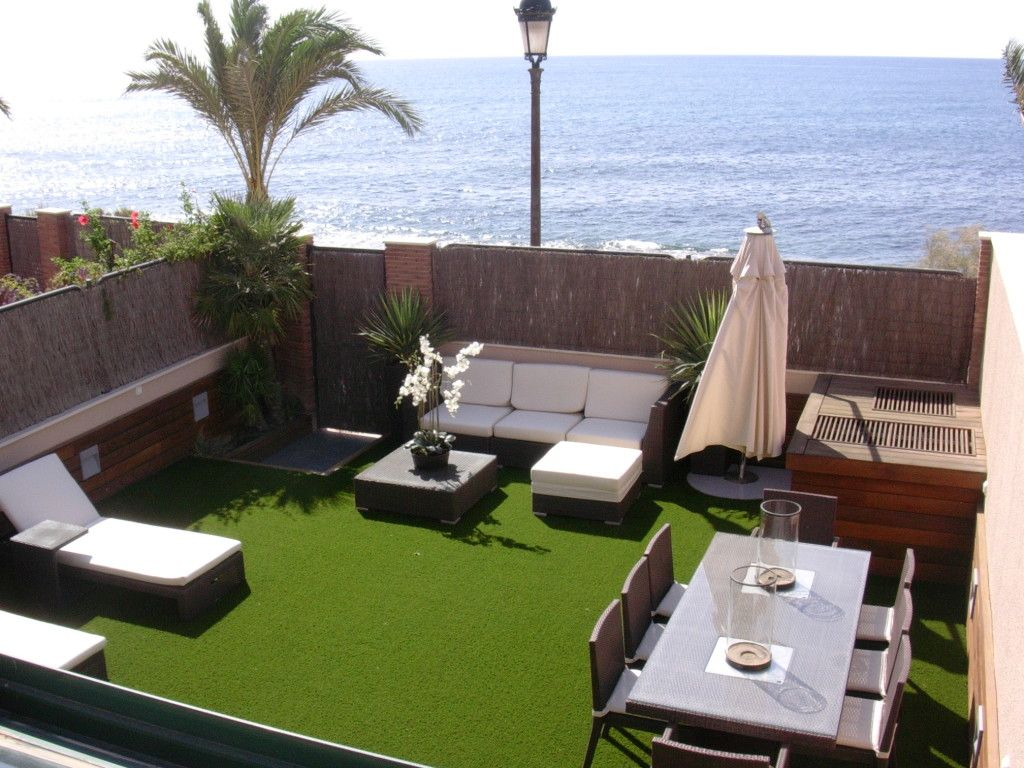 Terraza con c sped artificial una soluci n low cost for Decoracion patios pequenos exteriores