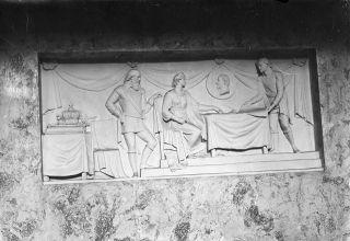 Akatemian juhlasalin reliefi.  M. L. Carstens, kustantaja Valmistusaika1908.