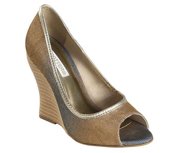 Essa calçado une o conforto da anabela com o charme do peep toe, adorei!