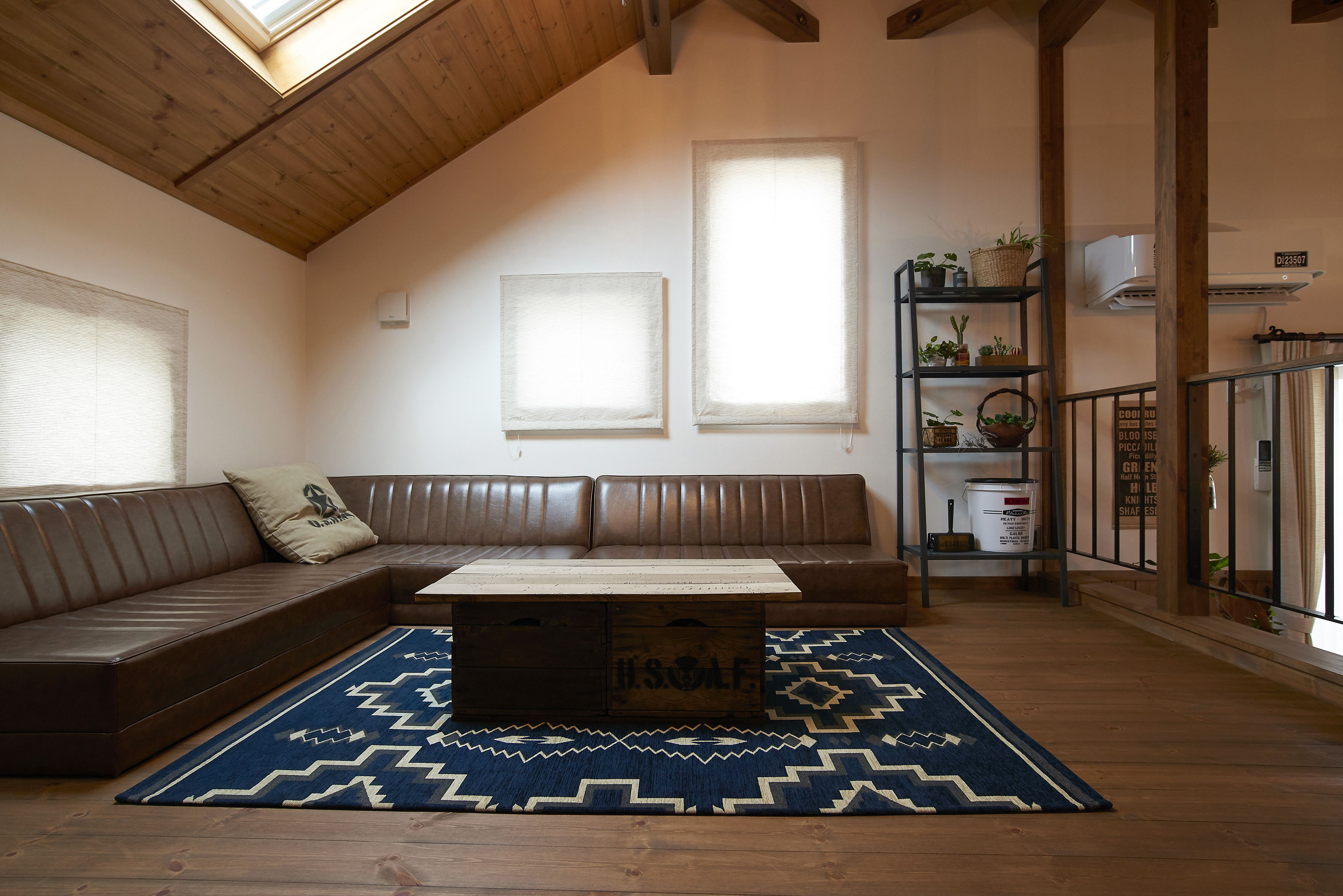 誰からも愛される親しみやすい三角屋根の外観と 自然素材の家 Allen