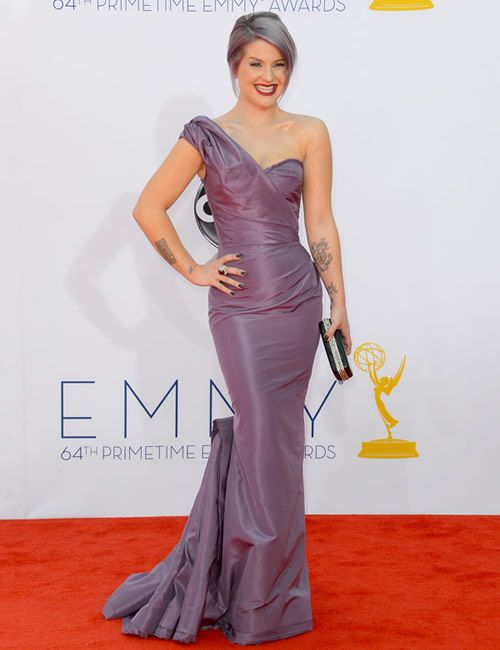 HOLY Miss Kelly O! I cannot get over how STUNNING she looks in her violet hair and matching Zac Posen gown. #emmys #bestdressed