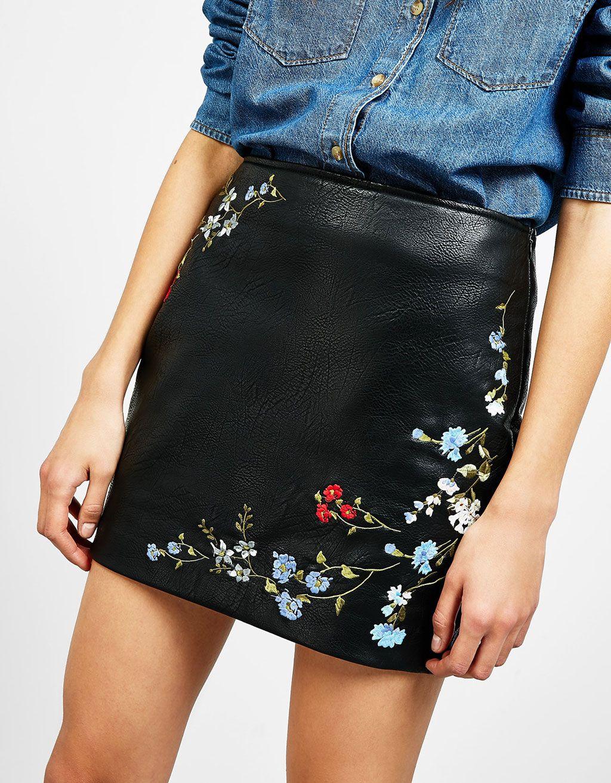 ad51d5bdc1 Falda efecto piel bordados flores - Novedades - Bershka España