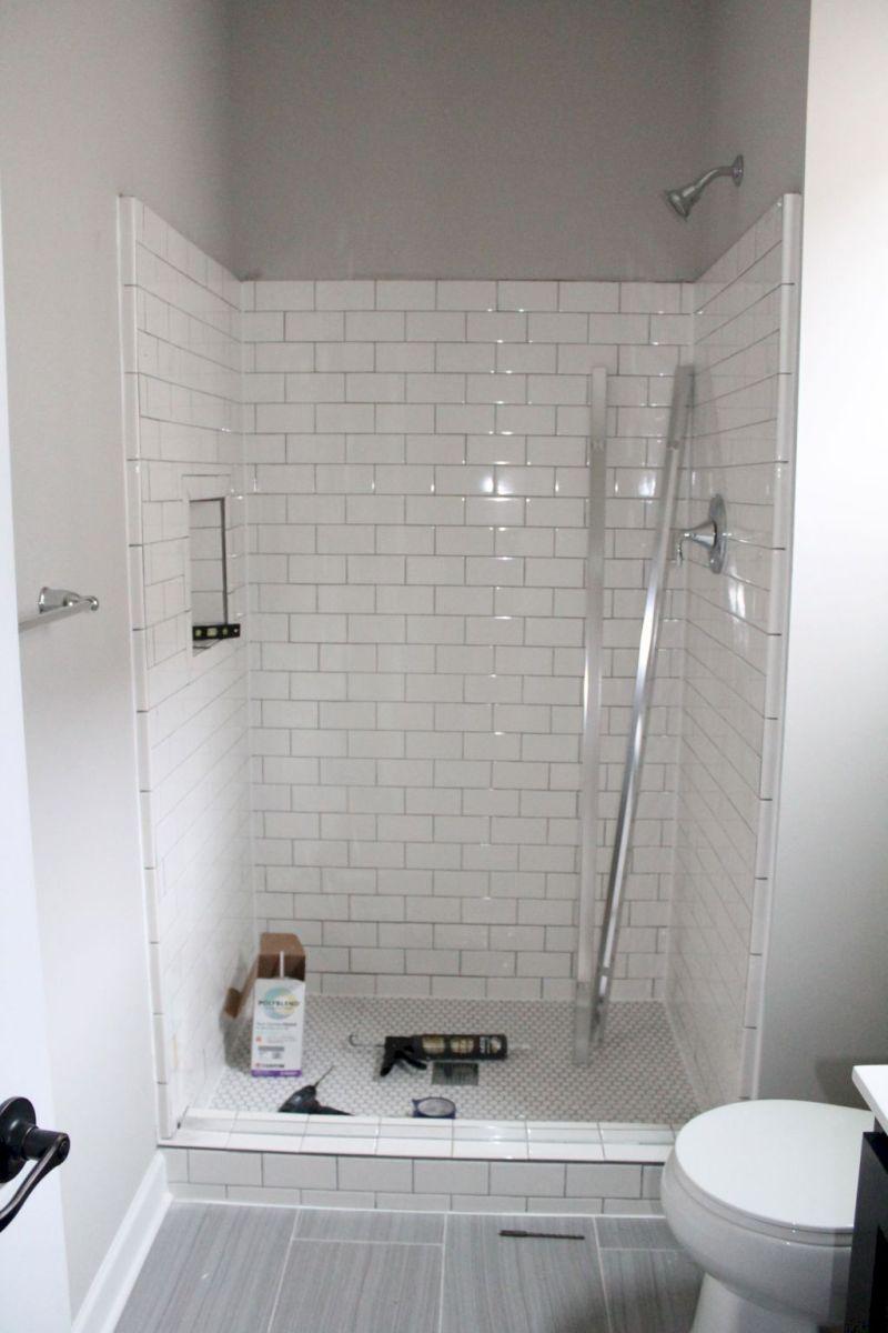 33 Insane Farmhouse Shower Tile Remodel Ideas Badezimmer Renovieren Badezimmer Mit Weissen Fliesen Dusche Umgestalten