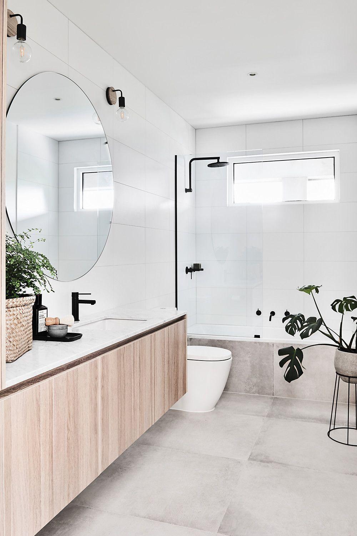 Minimalistische Scandinavische badkamer inspiratie met witte en grijze tegels en zwarte kranen
