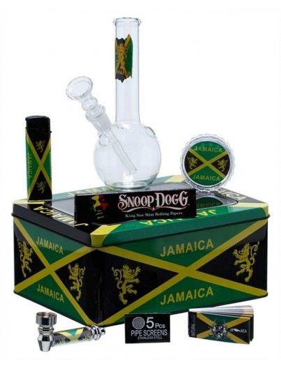 Kit de regalo de fumador Snoop Dogg compuesto de bong de cristal, pipa metálica, encendedor... entre otras cosas y una caja metálica con abertura superior de cristal para ideal para guardar los cogollos.