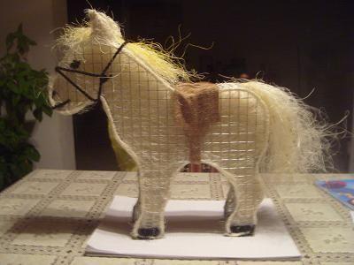pferd aus draht basteln pinterest draht pferde und drahtgitter. Black Bedroom Furniture Sets. Home Design Ideas