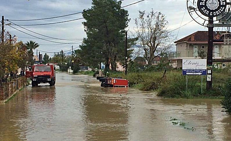 Άντρας αγνοείται στη Ζάκυνθο  Εικόνες καταστροφής από την κακοκαιρία