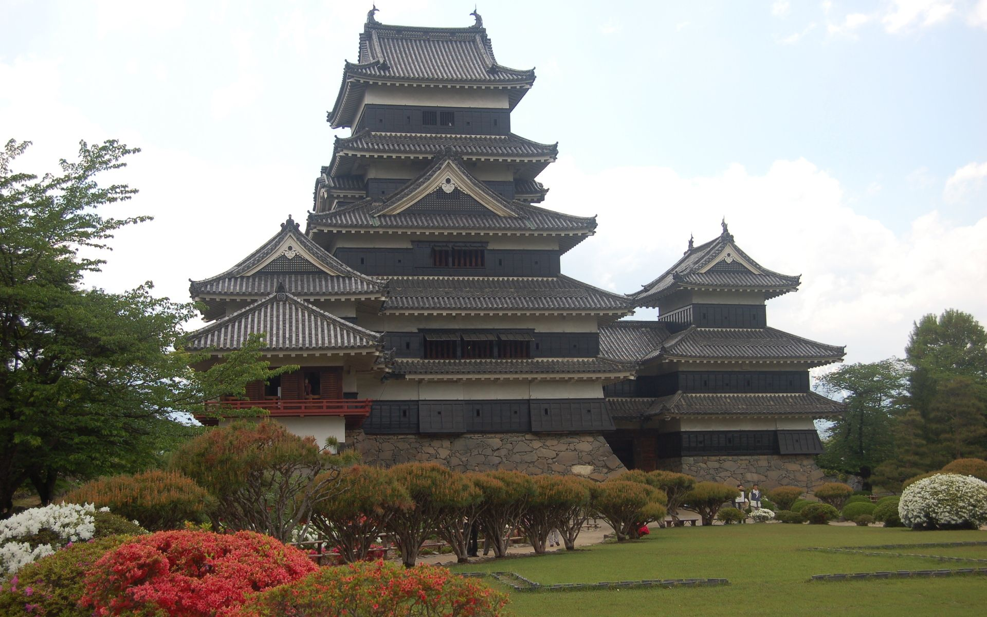 japanese castles History of castles fortresses have been built in japan since early times a particular need for castles arose in the 15th century after the central government's authority had weakened and.