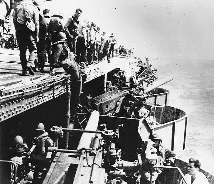 Daños en la cubierta de los cañones de 5 pulgadas del portaaviones norteamericano USS Lexington, batalla del Mar de Coral, 8 de mayo de 1941