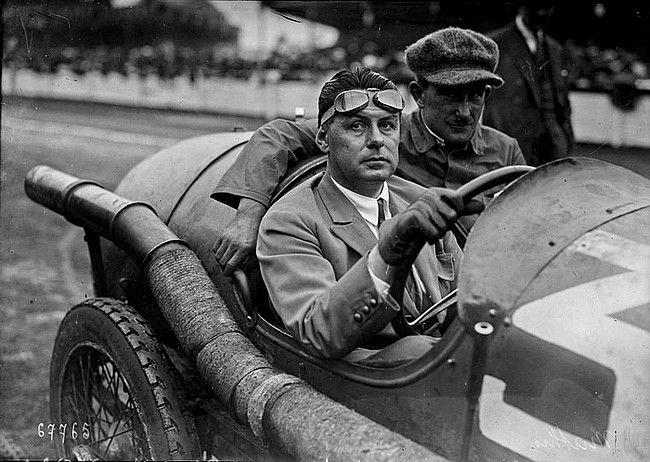Émile Mathis, 1880 - 1956 fils d'hôtelier a travaillait à pour De Dietrich chargé de la conception des vopitures avec Ettore Bugatti chargé de la commercialisation entre 1902 et 1904, puis crée la société Mathis et Cie et embaucha Ettore Bugatti.