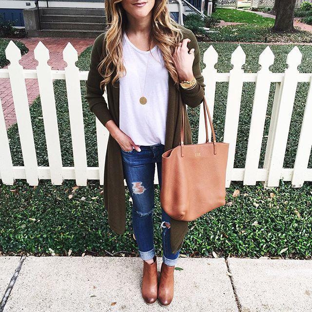 Jeans, boots, t-shirt e casaco rendado