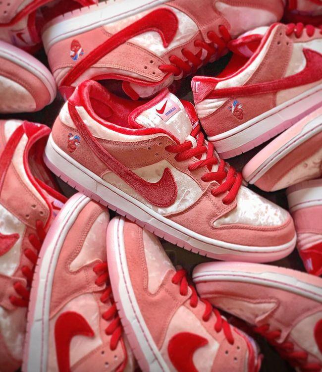 SB Dunk Low StrangeLove | Chaussure nike air, Nike sb dunks ...