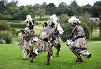 danse folklorique: NANYUKI, KENYA-octobre 17 Le groupe de personnes exécute la danse folklorique traditionnelle africaine à Mount Kenya Safari Club, Nanyuki, Kenya le 17 Octobre 2013