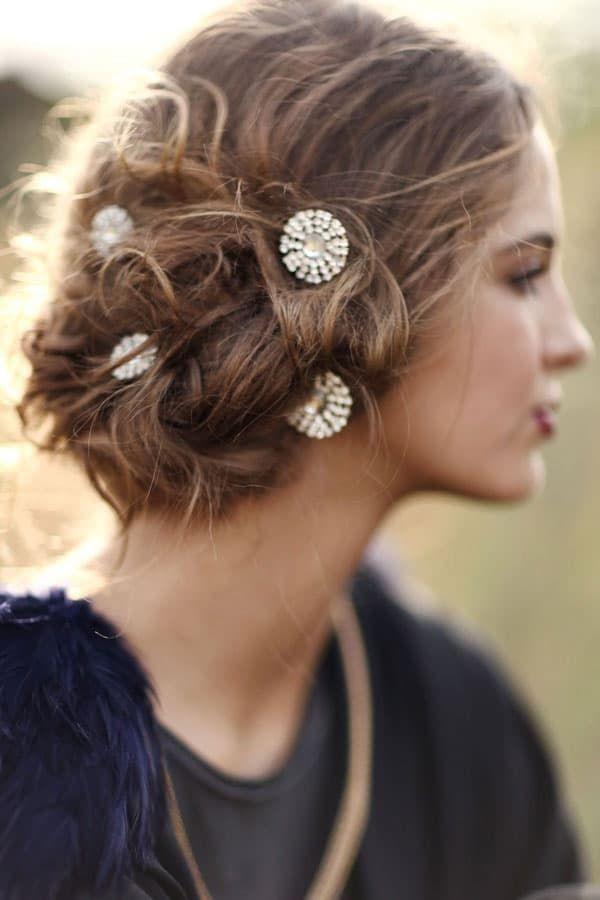 Chignon sur le coté : 30 modèles pour s'inspirer (avec images) | Chignon coté, Bijoux cheveux ...