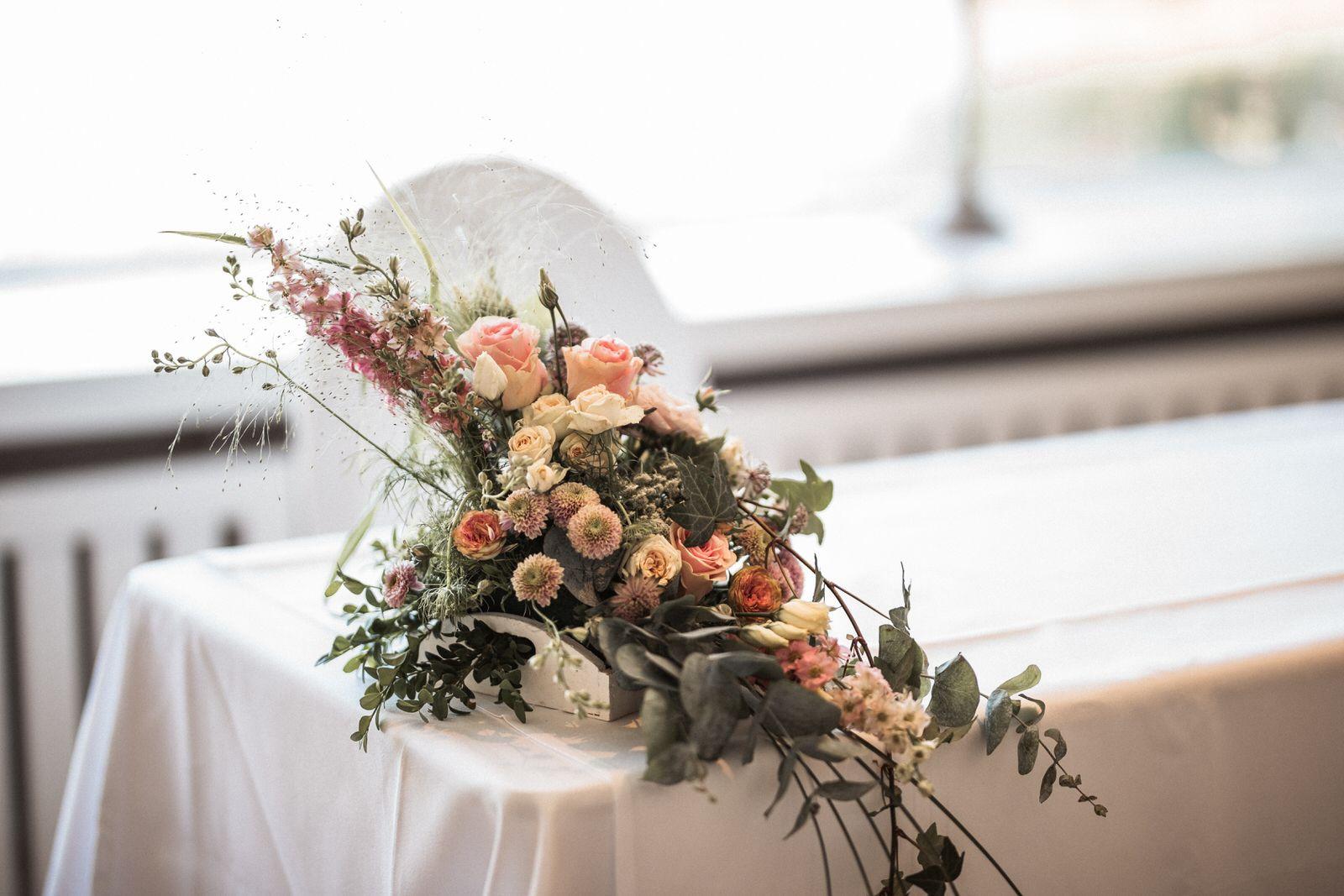 Blumengesteck im Trauzimmer mit Seeblick Blumengestecke