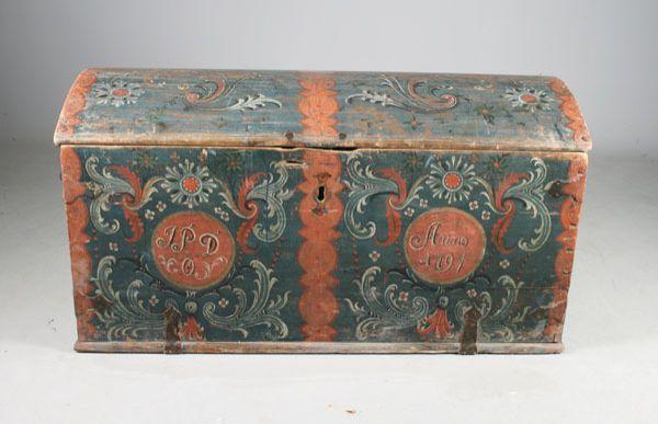 bunnfarge, eierinitialer og datering 1794. L: 128 cm. Mangler lås. Prisantydning: ( 3000 - 4000) Solgt for: 2000