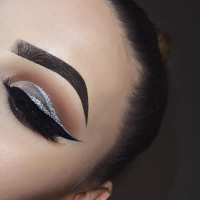 """Glitter cut crease  inspired by the gorgeous @abigailvancee   DETAILS: ✨✨ EYES-  @morphebrushes 35O palette @makeupgeekcosmetics shadow """"Frappe"""" and #Corrupt"""". @nyc_cosmetics_ Matte Black Liquid Liner @maybelline Gel Liner in """"Blackest Black"""" @shopvioletvoss Glitter in """"Venus"""" @iikonn lashes in """"Trust Issues""""  BROWS-  @chichicosmeticsofficial Brow Pomade in """"Dark Brown""""  #browgame#linerandbrowsss"""