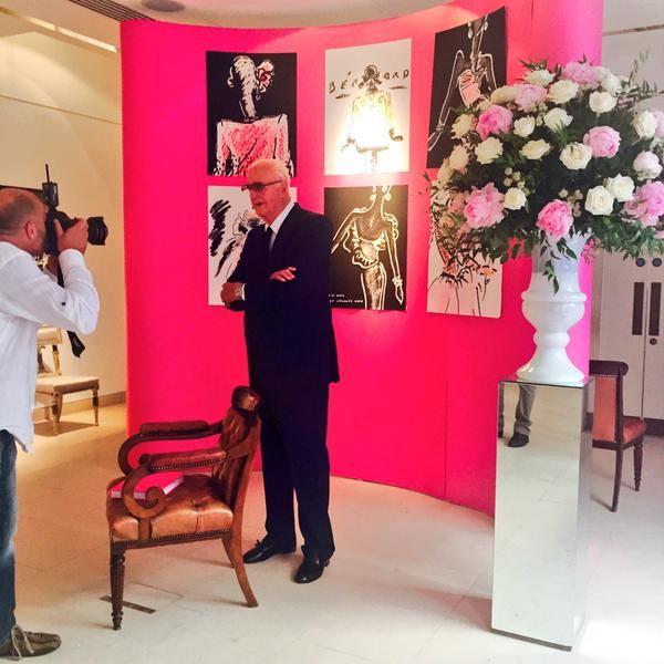 Юбер де Живанши и Одри Хепберн  Юбер де Живанши: Мои отношения с Одри Хепберн – это своего рода священный союз. Легендарный Кутюрье, впервые после выхода на пенсию, представляет книгу эскизов, созданных для Одри Хепберн, и рассказывает, почему их отношения были «особенными» Юбер де Живанши на прошлой неделе посетил Кристи, в Лондоне, что бы освежить воспоминания о своей лучшей клиентке и «Музе» — Одри Хепберн.