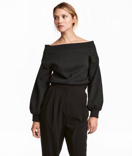 Svart. En tröja i sweatshirtkvalitet med bara axlar. Tröjan har lång vid ärm med ribbad mudd vid ärmslut. Mjuk, borstad insida.