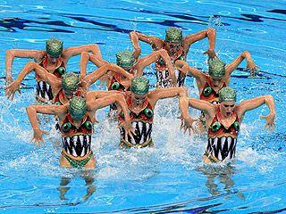La moda está en todas partes. Yo veo detrás de este bañador a alguien que ama la moda porque se puede diseñar un bañador de un simple color y quizás una diagonal cruzando el pecho o se puede diseñar un bañador que se adapte al concepto de la coreografía que las nadadoras españolas de natación sincronizada interpretan en las Olimpiadas 2011 y ayude a transmitir la idea de piraña que las chicas quieren interpretar. ¡Con un buen diseño se gana!