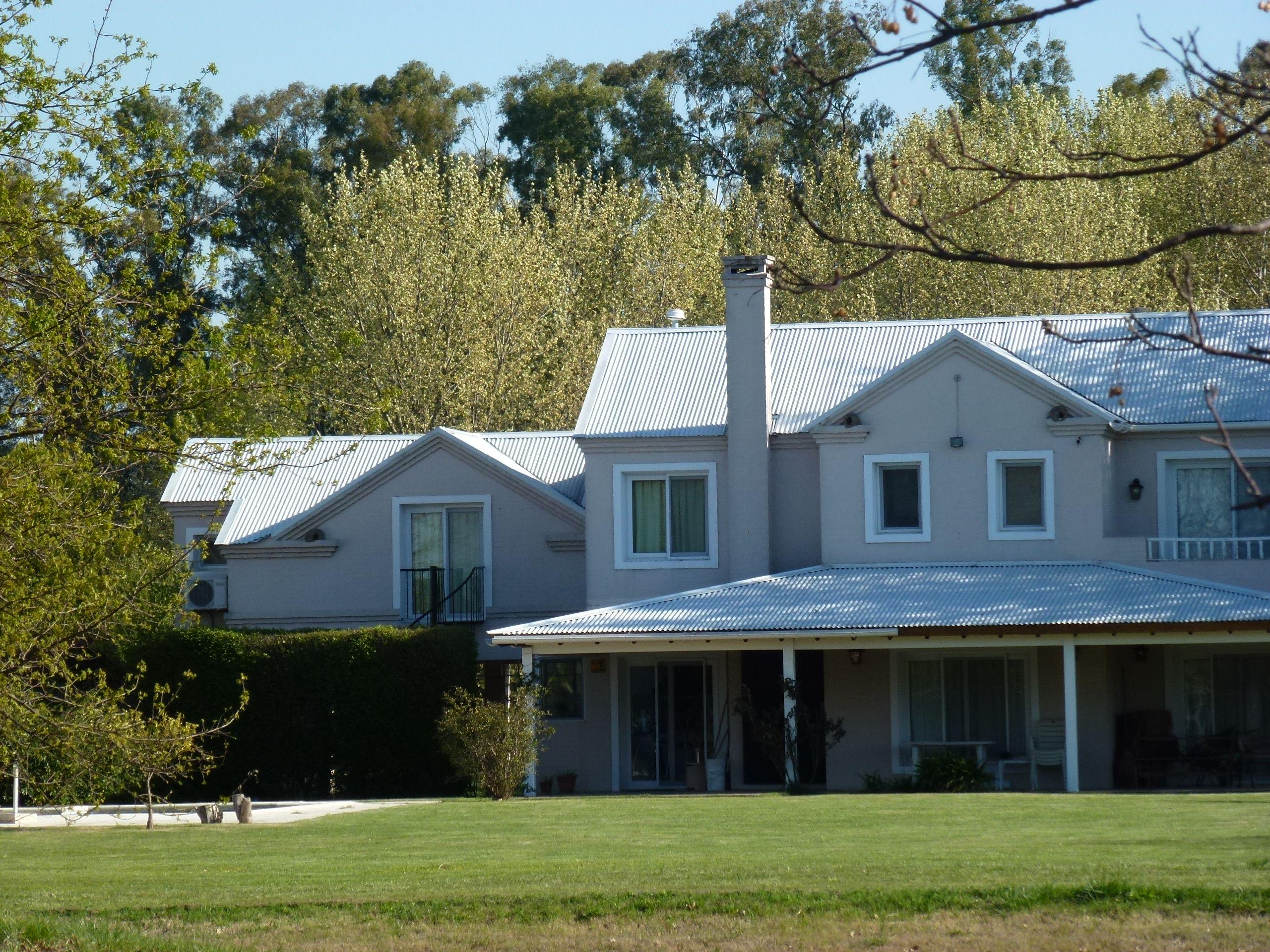 Casa cl sica con techo de chapa blanco en haras san pablo for Casa clasica country