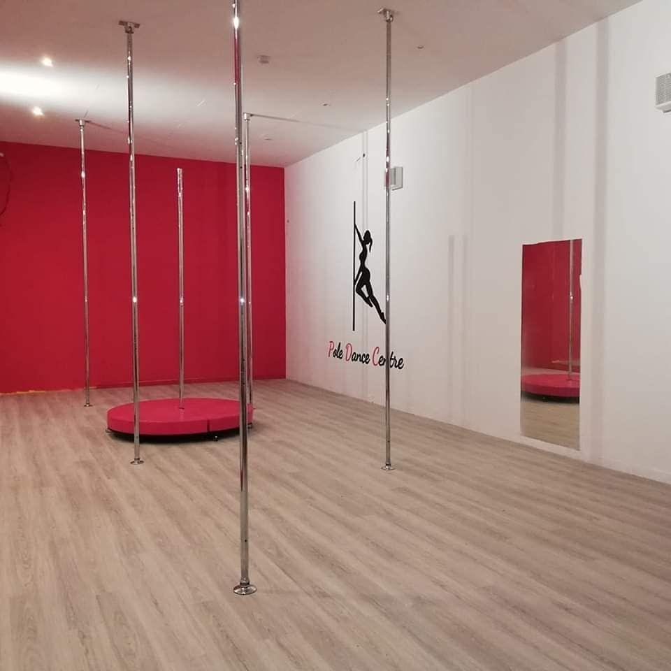 @poledancecentre vous propose 2 salles de pole dance de 4m de haut en accès illimité (aux cours et en libre accès). Un lieu idéal pour progresser et s'épanouir dans la pratique de la pole dance et des arts aeriens