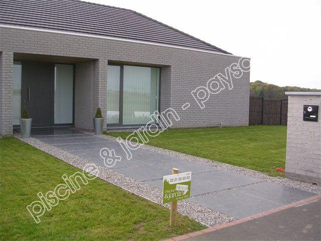 Acc s maison moderne par dalle de pierre noire sur cailloux et rail anti d bordement gazon et for Maison pierre moderne