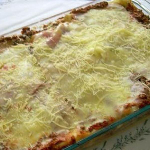 Receita de Lasanha á Bolonhesa - lasanha.   Coloque no fundo uma camada de molho para não grudar a massa.   Depois a massa, molho, presunto, queijo, massa, m...